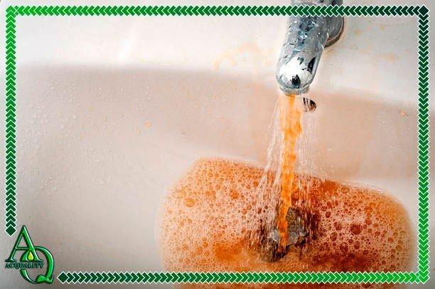 Como limpar água amarelada
